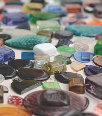 عکسی از مواد اویه و شیشه های رنگی